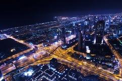 Στο κέντρο της πόλης φω'τα νέου πόλεων του Ντουμπάι φουτουριστικά στοκ φωτογραφία