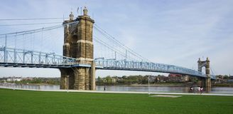 στο κέντρο της πόλης John Οχάιο κτηρίων γεφυρών roebling αναστολή του Κινκινάτι Roebling Suspension στο Κινκινάτι, Οχάιο Στοκ φωτογραφίες με δικαίωμα ελεύθερης χρήσης