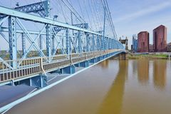 στο κέντρο της πόλης John Οχάιο κτηρίων γεφυρών roebling αναστολή του Κινκινάτι Roebling Suspension στο Κινκινάτι, Οχάιο Στοκ εικόνα με δικαίωμα ελεύθερης χρήσης