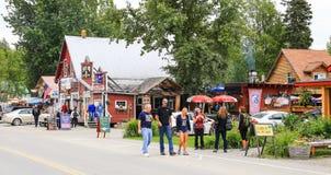 Στο κέντρο της πόλης Talkeetna επισκέπτες και καταστήματα της Αλάσκας Στοκ εικόνα με δικαίωμα ελεύθερης χρήσης