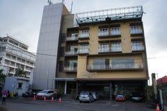 Στο κέντρο του κτηρίου ξενοδοχείων θερέτρου, που αντιμετωπίζει το δρόμο στο νησί της Ιάβας, Ινδονησία Στοκ φωτογραφία με δικαίωμα ελεύθερης χρήσης