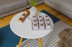 Στο καθιστικό στο toe TAC ΣΠΑΣΜΟΎ επιτραπέζιων παιχνιδιών Στοκ φωτογραφία με δικαίωμα ελεύθερης χρήσης