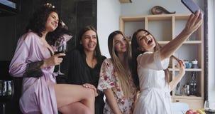 Στο καταπληκτικό αστικό εσωτερικό οι όμορφες κυρίες παίρνουν τις φωτογραφίες με το χρόνο smartphone τους selfie στις πυτζάμες πολ φιλμ μικρού μήκους
