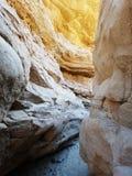 Στο κατώτατο σημείο των αμμωδών απότομων βράχων φαραγγιών στον ήλιο Στοκ φωτογραφία με δικαίωμα ελεύθερης χρήσης