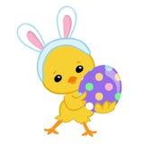 στο κοστούμι λαγουδάκι που κρατά ένα αυγό Πάσχας Πάσχα ευτυχές Στοκ εικόνα με δικαίωμα ελεύθερης χρήσης