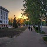 Στο κύριο τετράγωνο Kramatorsk κατά τη διάρκεια του ηλιοβασιλέματος στοκ εικόνες