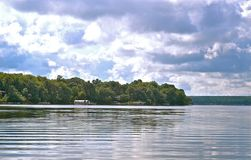 Στο λαμπυρίζοντας νερό στις λίμνες του Ντιτρόιτ, Μινεσότα στοκ εικόνα με δικαίωμα ελεύθερης χρήσης