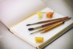 Στο λεύκωμα υπάρχουν προμήθειες τέχνης που προετοιμάζονται για το σχέδιο στοκ εικόνες με δικαίωμα ελεύθερης χρήσης