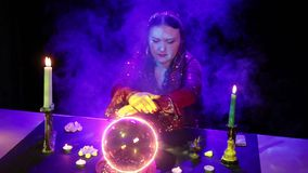 Στο μαγικό σαλόνι, ο τσιγγάνος διαβάζει το μέλλον σε μια μαγική σφαίρα που περιβάλλεται από το έντονο φως και τον καπνό απόθεμα βίντεο