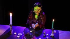 Στο μαγικό σαλόνι, ο τσιγγάνος διαβάζει το μέλλον στις άσπρες πέτρες σε μια ριπή του καπνού απόθεμα βίντεο