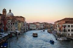 Στο μεγάλες κανάλι σούρουπου και την πόλη χαιρετισμού della βασιλικών de Σάντα Μαρία της Βενετίας, Ιταλία, παλαιός καθεδρικός ναό στοκ εικόνες