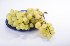 Στο μπλε το πιάτο είναι γλυκά κίτρινα σταφύλια φρούτων Στοκ φωτογραφία με δικαίωμα ελεύθερης χρήσης