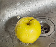 Στο νεροχύτη στις πτώσεις η κίτρινη Apple νερού Στοκ Φωτογραφίες