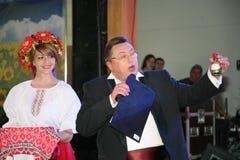 Στο ουκρανικό ύφος Όμορφος εμψυχωτής ηθοποιών κοριτσιών στο εθνικά ουκρανικά κοστούμι και το Nikolay Υ Pozdeev - διασκεδαστής Στοκ Εικόνες