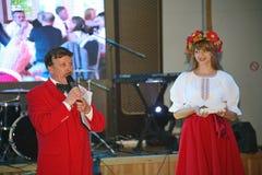 Στο ουκρανικό ύφος Όμορφος εμψυχωτής ηθοποιών κοριτσιών στο εθνικά ουκρανικά κοστούμι και το Prokhorov Sergey - διασκεδαστής Στοκ Εικόνες
