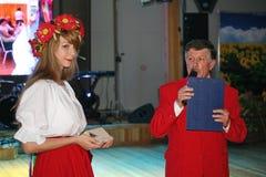 Στο ουκρανικό ύφος Όμορφος εμψυχωτής ηθοποιών κοριτσιών στο εθνικά ουκρανικά κοστούμι και το Prokhorov Sergey - διασκεδαστής Στοκ Εικόνα