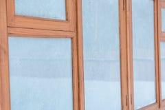 Στο παράθυρο του πάγου Ένα ξύλινο παράθυρο στον πάγο Στοκ Φωτογραφία