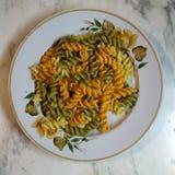 Στο πιάτο είναι μια μερίδα των πολύχρωμων σπειρών E στοκ εικόνες με δικαίωμα ελεύθερης χρήσης