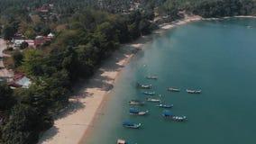 Στο πλαίσιο ενός μικρού χωριού, κυανός-χρωματισμένη θάλασσα Αμμώδης ακτή Langkawi απόθεμα βίντεο