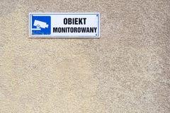 στο πλαίσιο του τηλεοπτικού κειμένου επιτήρησης στο πολωνικό, μπλε σύμβολο CCTV στοκ φωτογραφία