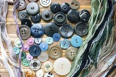 Στο ράβοντας στούντιο, τα κουμπιά και τα νήματα Στοκ Εικόνες