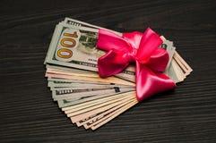 Στο ροζ το banet είναι το δολάριο για ένα δώρο Στοκ φωτογραφίες με δικαίωμα ελεύθερης χρήσης