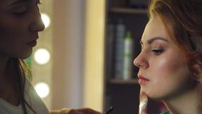 Στο σαλόνι ομορφιάς απόθεμα βίντεο