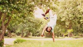Στο σε αργή κίνηση δροσερό νέο χορευτή σπασιμάτων που κάνει το πίσω κτύπημα στο πάρκο απόθεμα βίντεο