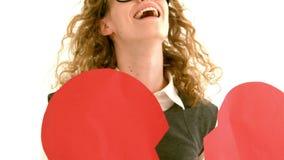 Στο σε αργή κίνηση geeky hipster που κρατά μια σπασμένη κάρτα καρδιών απόθεμα βίντεο
