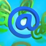 Στο σημάδι παρουσιάζει το σύμβολο ότι ηλεκτρονικού ταχυδρομείου στέλνει το ταχυδρομείο Στοκ Εικόνα