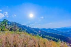 στο σημείο άποψης Doi Pha Mee μπορείτε να δείτε Doi Nangnon στη μορφή Maesai Chiang Rai των βουνών μοιάζετε με τον ύπνο γυναικών στοκ εικόνα