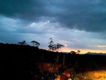 Στο σούρουπο, ενώ ο ήλιος εξαφανίζεται από τον ουρανό και τη βροχή καλύπτει το α Στοκ Εικόνες