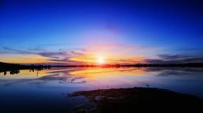 Στο σούρουπο η ομορφιά της λίμνης Στοκ φωτογραφία με δικαίωμα ελεύθερης χρήσης