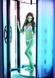 Στο σολάρηο Προκλητική γυναίκα με την τέλεια τοποθέτηση σωμάτων στοκ φωτογραφία με δικαίωμα ελεύθερης χρήσης