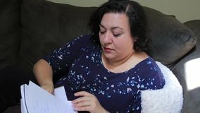 Στο σπίτι διαβάζοντας μέσω ενός σημειωματάριου φιλμ μικρού μήκους