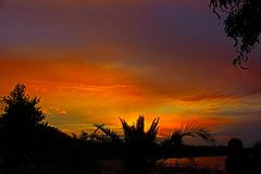 Στο τέλος του ηλιοβασιλέματος ημέρας όχι μέχρι στιγμής από την παραλία στην πόλη Chernomorets στοκ εικόνα με δικαίωμα ελεύθερης χρήσης
