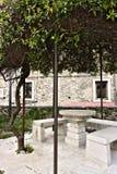 Στο τετράγωνο εκκλησιών υπάρχει μια αρχική πέργκολα που καλύπτεται από το s στοκ φωτογραφία με δικαίωμα ελεύθερης χρήσης