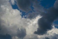 Στο υπόβαθρο, μεγάλα άσπρα σύννεφα σωρειτών Στο πρώτο πλάνο τα σύννεφα θύελλας ή σύννεφα Στοκ Εικόνες