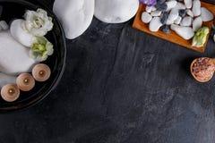 Στο υπόβαθρο με μια θέση για την επιγραφή, τα υλικά για τη aromatherapy και επεξεργασία SPA Στοκ εικόνα με δικαίωμα ελεύθερης χρήσης