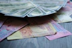 Στο υπόβαθρο του λογαριασμού, οι ουκρανικοί και αμερικανικοί λογαριασμοί επιδεικνύονται στοκ φωτογραφίες με δικαίωμα ελεύθερης χρήσης