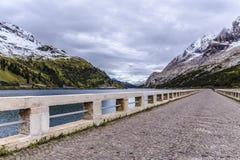 Στο φράγμα της λίμνης Fedaia Στοκ φωτογραφία με δικαίωμα ελεύθερης χρήσης