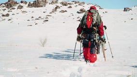 Στο χιόνι η έκταση είναι ομάδα ορειβατών πλοηγεί τη διαδρομή και αφήνει τα ίχνη πίσω απόθεμα βίντεο