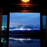 Στο δωμάτιό μου όταν ανοικτός η πόρτα συναντώ το μπλε ουρανό Στοκ φωτογραφίες με δικαίωμα ελεύθερης χρήσης