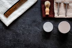 Στο barbershop Ξυράφια, βούρτσα ξυρίσματος, χτένα, κερί, πετσέτα στη μαύρη τοπ άποψη υποβάθρου copyspace Στοκ εικόνες με δικαίωμα ελεύθερης χρήσης