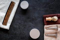 Στο barbershop Ξυράφια, βούρτσα ξυρίσματος, χτένα, κερί, πετσέτα στη μαύρη τοπ άποψη υποβάθρου copyspace Στοκ φωτογραφίες με δικαίωμα ελεύθερης χρήσης