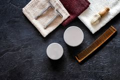 Στο barbershop Ξυράφια, βούρτσα ξυρίσματος, χτένα, κερί, πετσέτα στη μαύρη τοπ άποψη υποβάθρου copyspace Στοκ φωτογραφία με δικαίωμα ελεύθερης χρήσης