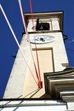 Στο caiello παλαιό η ηλιόλουστη ημέρα κουδουνιών πύργων τοίχων και εκκλησιών Στοκ φωτογραφία με δικαίωμα ελεύθερης χρήσης
