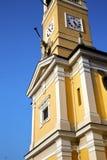 Στο cislago Ιταλία η ηλιόλουστη ημέρα κουδουνιών τοίχων και εκκλησιών Στοκ εικόνα με δικαίωμα ελεύθερης χρήσης