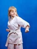 Στο karategi λίγος αθλητής κτυπά τη διάτρηση Στοκ εικόνα με δικαίωμα ελεύθερης χρήσης