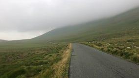 Στο misty δρόμο Ιρλανδία απόθεμα βίντεο